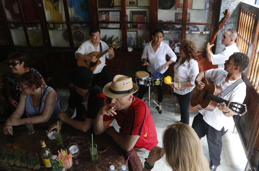 havana-live-bar-tourists
