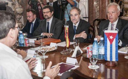 Bruno Rodríguez Parrilla, ministro cubano de Relaciones Exteriores (I) sostuvo conversaciones con su homólogo español, José Manuel García-Margallo (D), en la sede de la cancillería cubana, en La Habana, Cuba, el 25 de noviembre de 2014. AIN FOTO/Abel ERNESTO/app