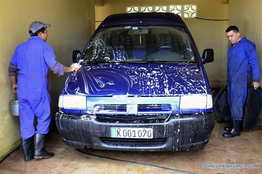 A Cuban in Cojímar has a car wash with rainwater and recycle it