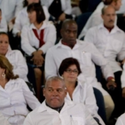 Casi 300 médicos no han regresado a Cuba