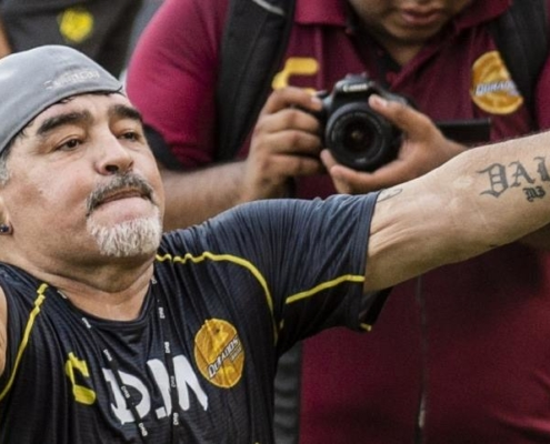 DIEGO MARADONA VA RECOGNIZE THREE CHILDREN IN CUBA