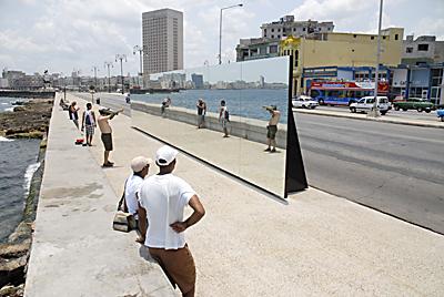 """La XIII Bienal de La Habana regresará al Malecón habanero con la muestra """"Detrás del Muro"""""""