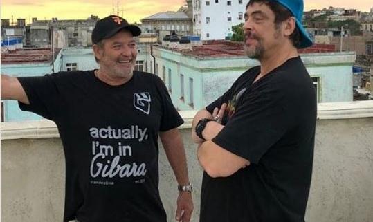 Benicio del Toro visita una galería de arte en La Habana