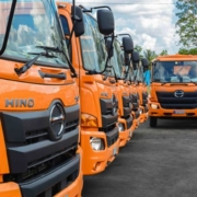 Recibe Cuba camiones japoneses para la recolección de desechos