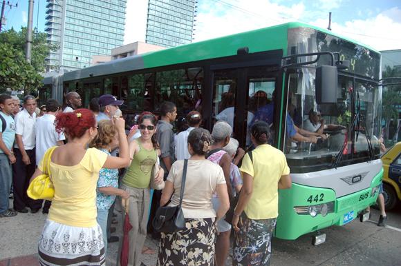 La Habana estrena nuevas paradas de autobuses pero continúan los tumultos