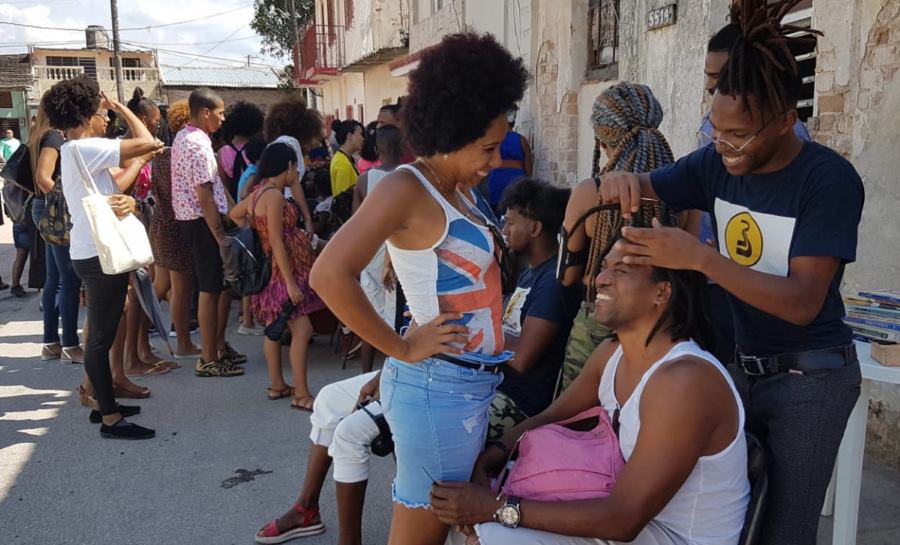 Barbers Street in Pogolotti, Havana. On the right, Daziel Alberto Cruz. (Y. RODRÍGUEZ)