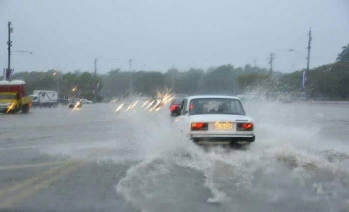 Fuertes lluvias dejan inundaciones en la costas de La Habana y Cienfuegos
