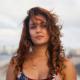 Camila Arteche para el tráfico de La Habana marcando curvas al estilo años 50