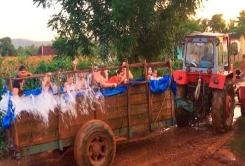 """Cubanos convierten un tractor agrícola en un """"piscina rodante"""""""