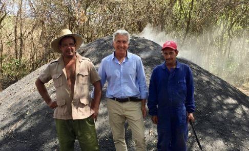 Le pari fou d'un Corrézien de produire un charbon de bois durable à Cuba