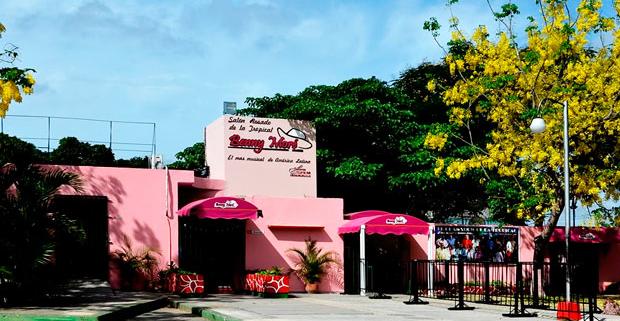 Cerrado por reparaciones Salón Rosado de la Tropical en La Habana