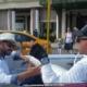 """Un cubano hablando con un turista en inglés: """"Aura tiñosa come guau guau"""""""
