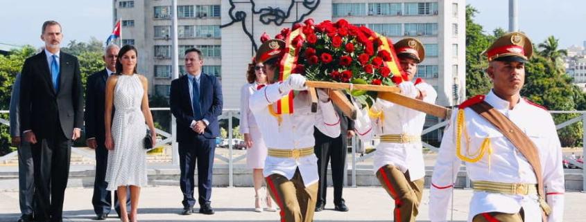 La Reina Letizia y Liz Cuesta recorren el centro histórico de La Habana