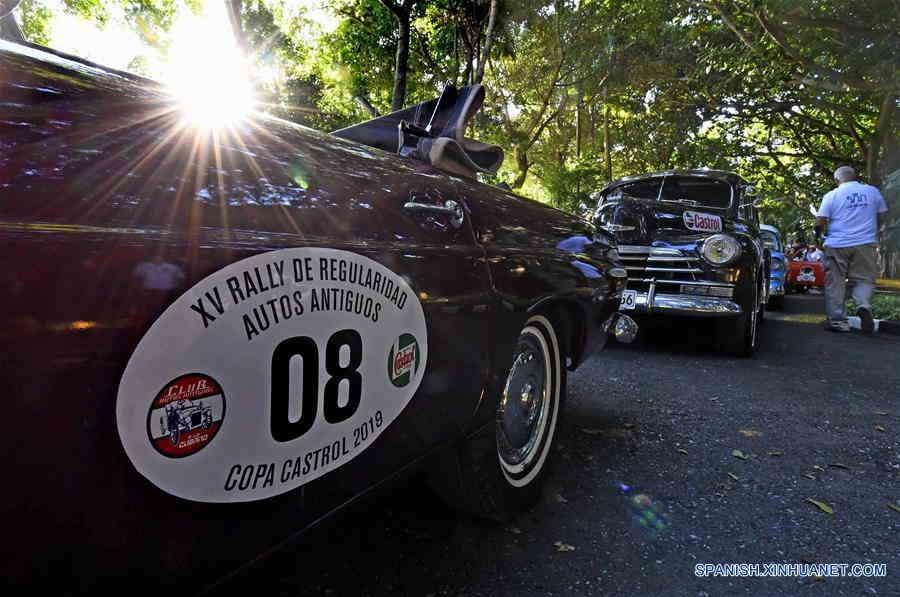 Autos antiguos participan en celebraciones de 500 años de La Habana