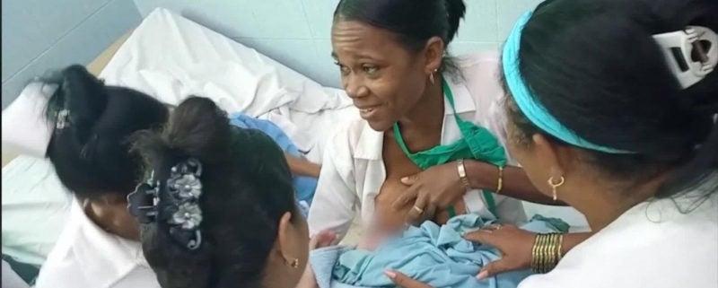 La imagen que conmueve a Cuba: doctora amamantando a una bebé abandonada