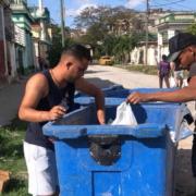 Rescatan a tres gaticos vivos que fueron arrojados a la basura en Santos Suárez, en La Habana