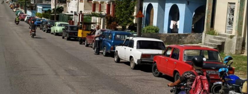 Cubanos hacen largas colas en La Habana para comprar gasolina