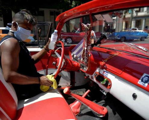 Cuba refuerza limpieza de sus viejos convertibles