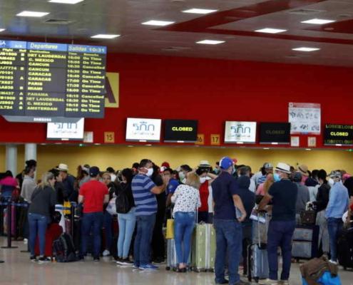 Las autoridades cubanas prohíbe a sus ciudadanos viajar al extranjero y dentro del país