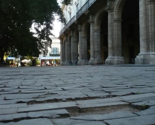 Tacón, única calle adoquinada de madera en La Habana