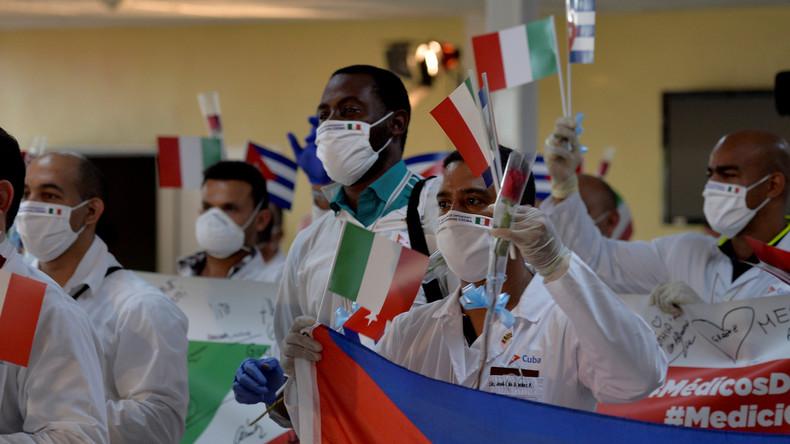 Les médecins cubains accueillis en héros à La Havane après leur mission en Italie
