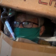 Cubain revêt un bouclier en carton intégral contre le coronavirus