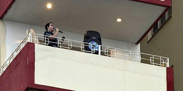 Balcony concert in Cuba signals solidarity amid lockdown