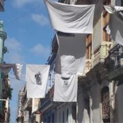 Sábanas Blancas en los balcones de La Habana eternizan a Eusebio Leal