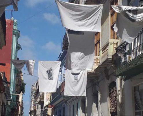 Des draps blancs sur les balcons de La Havane perpétuent Eusebio Leal