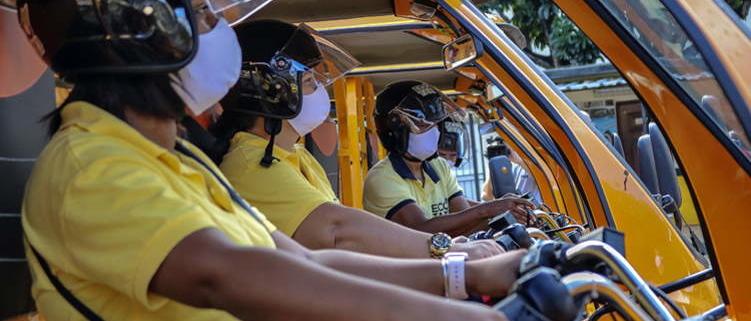 Nuevos taxis eléctricos circulan en La Habana, conducidos por mujeres