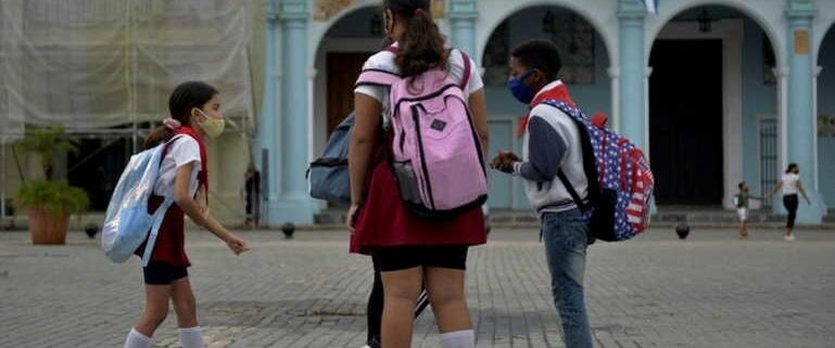 Cuba ferme des écoles, des bars et des restaurants