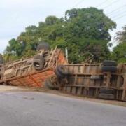 Dos camiones terminan volcados tras accidente en Yara