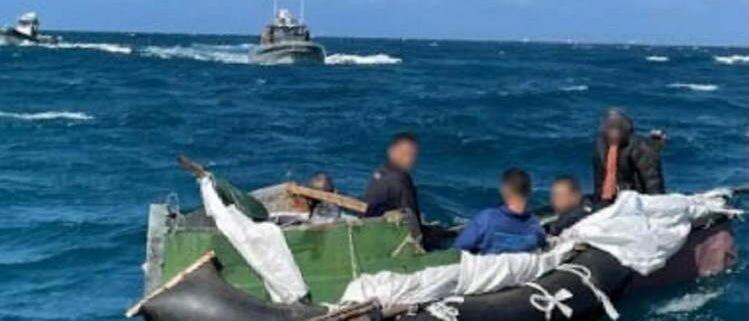 Guardia Costera de EE.UU. intercepta a 5 balseros cubanos tras 16 días en el mar