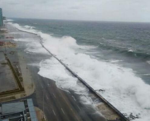 Penetra el mar en zonas bajas del Malecón habanero