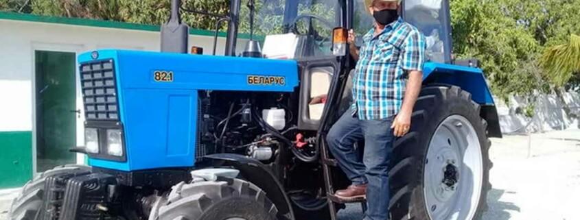Un agriculteur cubain remercie la Révolution d'avoir acheté un tracteur en dollars