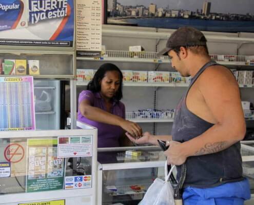 Au pays des havanes, les Cubains cherchent désespérément des cigarettes