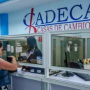EL gobierno de Cuba emitirá tarjetas de prepago en dólares
